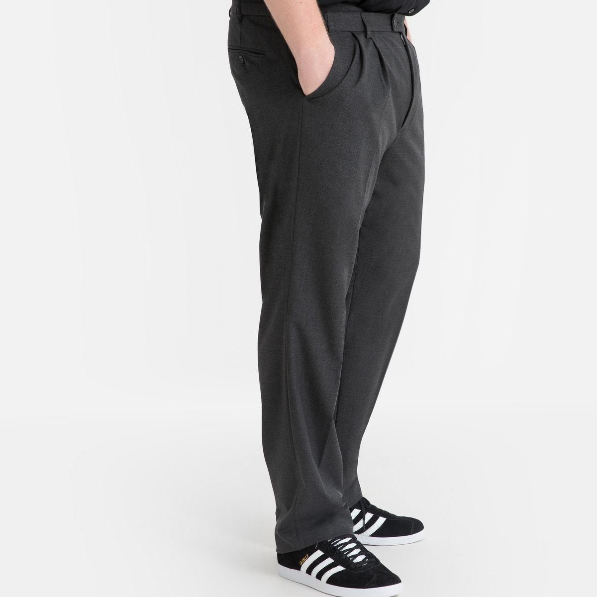 Φορέστε αυτό το παντελόνι με το αντίστοιχο σακάκι ως σύνολο, ή φορέστε το και ξεχωριστά.Παντελόνι εξαιρετικής ποιότητας, λίγο ελαστικό ύφασμα: 62% πολυεστέρας, 33% βισκόζη, 5% ελαστάνη. Επένδυση: 100% πολυεστέρας.Μεσαίο μήκος (κατάλληλο εφόσον το ύψος σας είναι μέχρι 1,87 μ.).Μέση με κρυφή ρύθμιση για να έχετε τη μέγιστη άνεση φορώντας το.Προσαρμόζεται εύκολα σε διάφορα μεγέθη μέσης. Κουμπώνει με φερμουάρ, κουμπί και γαντζάκι. 2 πλαϊνές τσέπες και 1 τσέπη με κουμπί στην πίσω πλευρά. Ημιτελή στριφώματα.Μήκος:- Μήκος εσωτερικής πλευράς ποδιού : από 84,8 έως 87,8 εκ., ανάλογα με το μέγεθος.- Πλάτος στριφωματος: από 21,9 έως 27,9 εκατοστά, ανάλογα με το μέγεθος. Διαθέσιμο και σε μεγάλο μήκος: (αν το ύψος είναι πάνω από 1,87 μ.) καθώς και σε έκδοση χωρίς πιέτες.