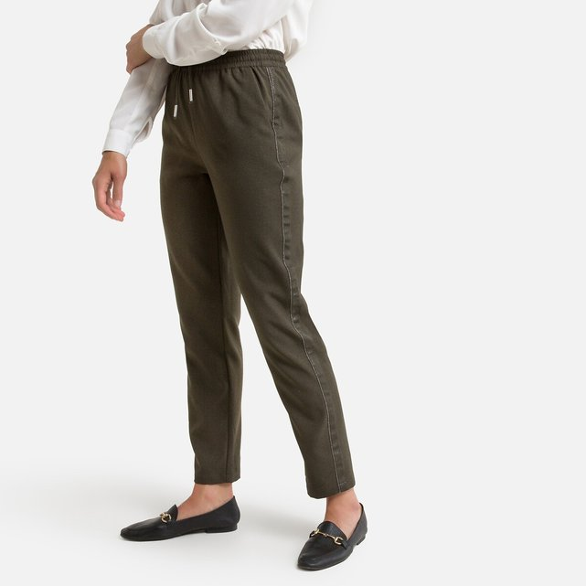 Παντελόνι σε γραμμή σωλήνα πάνω από τον αστράγαλο