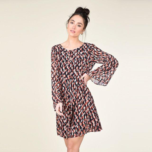 Eμπριμέ φόρεμα με V στην πλάτη και ίσια γραμμή