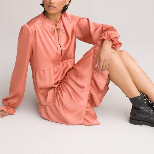 Φόρεμα με βολάν και όρθιο λαιμό από σατινέ ύφασμα